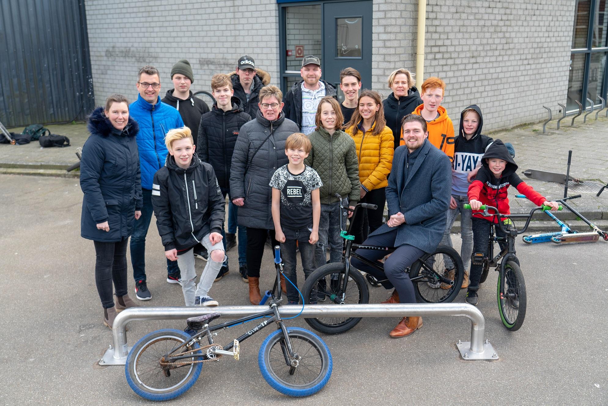 groepsfoto opening rail skatebaan Beilen.jpg